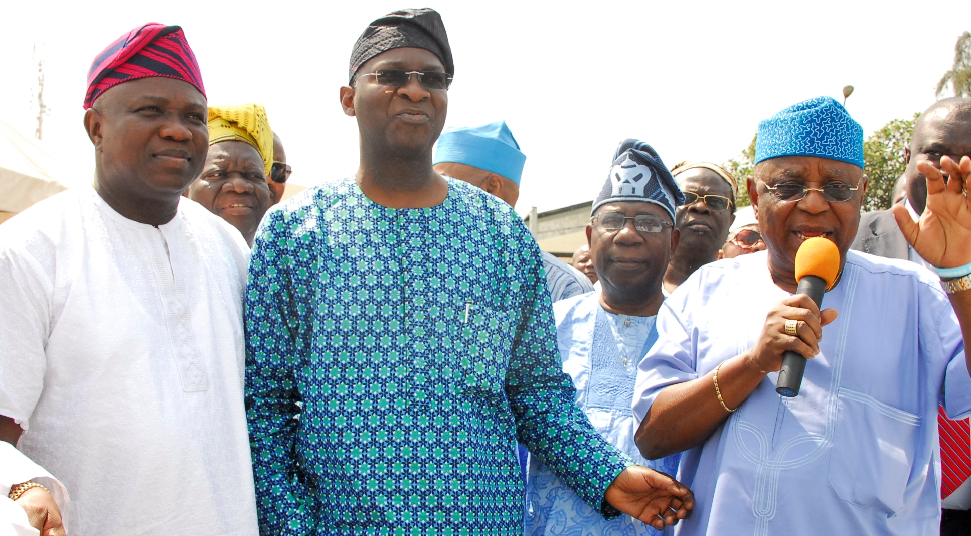 Fashola Donates Campaign Buses To Local Government Areas and LCDAs in Lagos