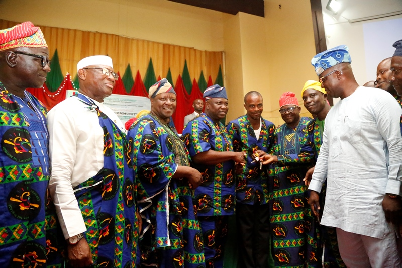 Lagos State Governor, Mr. Akinwunmi Ambode (2nd left); presents a key of a brand new bus to the Chairman of the Best CDA - Covenant Estate CDA Phase1 Agbede Omolaye in Ikorodu, Mr. Emmanuel Olusola Oshinaike (3rd left) and other Executives of the CDA during Y2017 Community Day Grand Finale with the theme Community Affinity: Aligning Lagos Communities with Private Sector at the Adeyemi Bero Auditorium, Alausa, Ikeja, on Thursday, December 7, 2017. With them are Special Adviser to the Governor on Communities and Communications, Mr. Kehinde Bamigbetan (left) and Chairman, Ikorodu North Local Government, Hon. Adeola Adebisi Banjo (right).